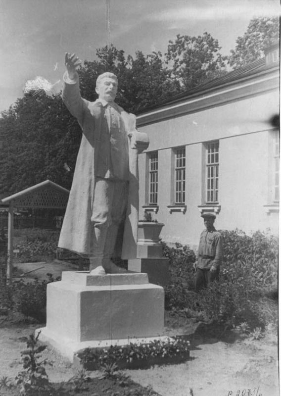 Скульптура Сталина в сквере Череповецкого музея Июнь 1949 г.